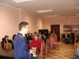 Inspectorul principal Ionuț Epureanu, discutând cu părinţi ai elevilor