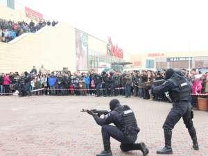 Jandarmeria a organizat un adevărat spectacol la Iulius Mall, prezentându-și tehnica de luptă