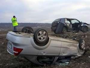Cele două maşini care s-au lovit violent din cauza şoferului fugar