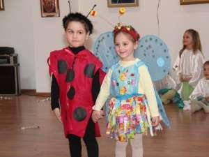 """Parada costumelor """"eco"""" a adus vibraţia naturii la Shopping City Suceava"""