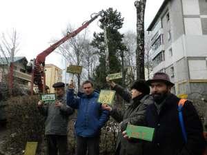 Protest cu pancarte folosite la o acţiune eco a Şcolii Gimnaziale Nr. 3