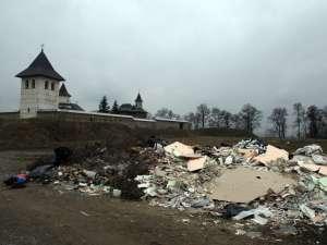 Pe câmpul de lângă Mănăstirea Zamca a răsărit peste noapte o groapă clandestină de gunoi