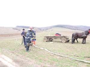Pompierii au putut interveni abia după ce au realizat un cordon cu furtunuri de aproape un kilometru