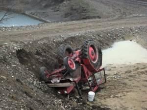Tractorist accidentat grav după ce s-a răsturnat lângă şantierul şoselei de centură