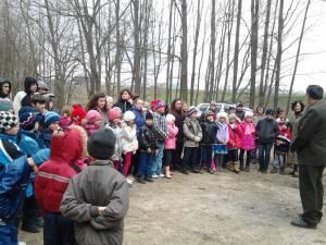 80 de elevi au participat la o activitate de plantare de puieţi