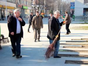 Primarul Ion Lungu măturând