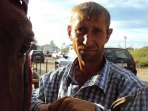Gheorghe Cherar este acuzat că şi-a bătut şi exploatat calul, până când animalul a ajuns piele şi os şi s-a prăbuşit în drum
