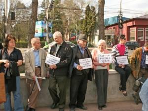 Aproximativ 30 de oameni au participat ieri după-amiază la o acţiune de protest în zona Primăriei Suceava