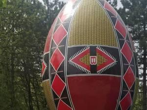 Elena Băsescu s-a pozat cu oul gigant din apropierea Cetăţii de Scaun