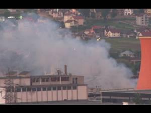 Pompierii nu au reuşit încă să stingă incendiul de la Ambro