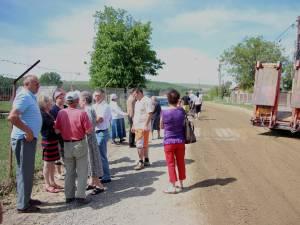 Sătui să inspire praful ridicat de maşinile de mare tonaj aparţinând unei balastiere cu sediul în lunca râului Suceava, oamenii de pe strada Aurel Vlaicu au ieşit în stradă şi au ameninţat că blochează drumul