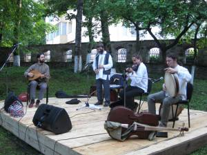 Trupa Trei Parale a adus muzica veche la Hanul Domnesc