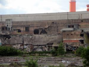 """Cupele excavatoarelor au """"muşcat"""" deja din clădirea fostei fabrici de hârtie"""