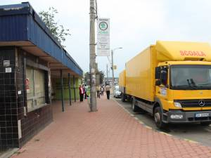 Camionul care a blocat strada, tras în staţia de autobuz
