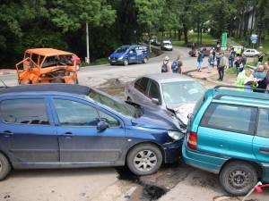 După impactul cu microbuzul, BMW-ul a ricoşat şi s-a oprit în două autoturisme parcate în faţa uzinei electrice