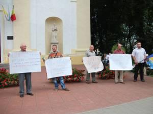 Protest în faţa Bisericii Catolice