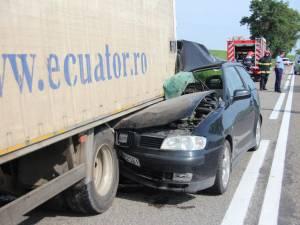Partea dreapta faţă a autoturismului Seat Ibiza a fost transformată într-un morman de fiare contorsionate
