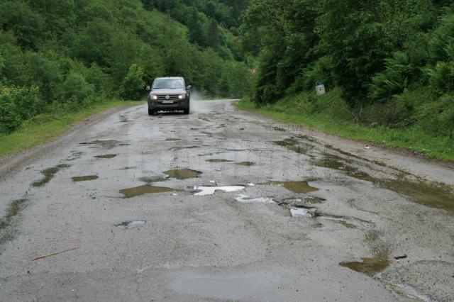 Drumul Frasin – Broşteni este plin de gropi