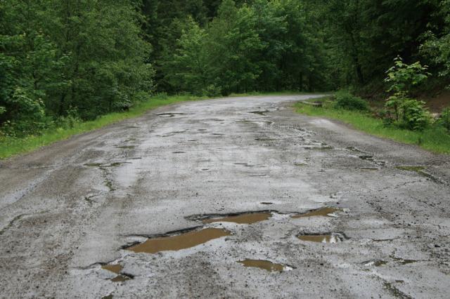 Drumul nu a mai fost asfaltat cap-coadă dinainte de 1989