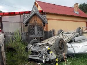 Şoferul circula pe drumul distrus de gropi cu o viteză foarte mare