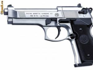 Un astfel de pistol a fost găsit asupra suspecţilor