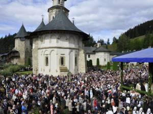 Mii de credincioşi sunt aşteptaţi astăzi la Mănăstirea Putna