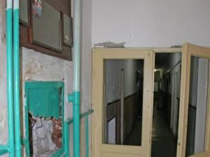 Intrarea în căminul 1, unde stau, la etajele superioare, şi elevi în regim de internat