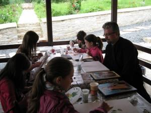 """61 de elevi au participat la o tabăra de creaţie""""Micii Iconari"""", la Adâncata"""