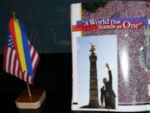 """Pe 4 iulie 2013, fălticenenii s-au întâlnit la Muzeul de Artă """"Ion Irimescu"""", pentru a sărbători Ziua Naţională a Statelor Unite ale Americii"""