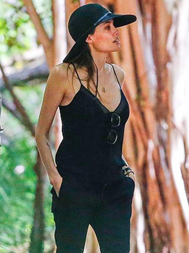 Angelina Jolie, fotografiată cu un decolteu adânc, la câteva luni de la operaţia de mastectomie