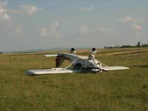 Pilotul a reuşit să aducă avionul pe sol, însă din cauza vitezei prea mari roata din faţă s-a rupt, moment în care aparatul ultrauşor s-a dat peste cap
