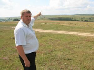 Primarul din Ciprian Porumbescu arată spre locurile unde trebuiau montate turbinele eoliene
