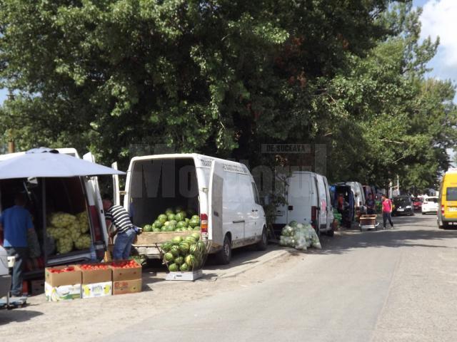 Comerciantii au ocupat lateralele străzii care duc spre piaţa angro