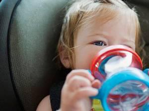 În zilele cu temperaturi ridicate, cei mici vor fi hidrataţi corespunzător. Foto: CORBIS