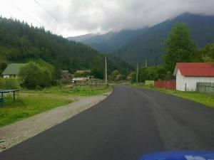 Drumul judeţean DJ 175A, care leagă localitatea Chiril, situată în comuna Crucea, şi cabana Rarău, a fost asfaltat parţial zilele trecute