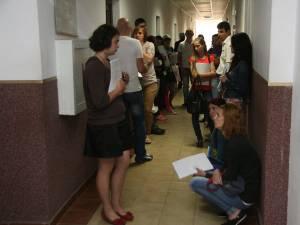 Zeci de tineri absolvenţi se adună zilnic în ultima perioadă pe holurile Agenţiei Judeţene pentru Ocuparea Forţei de Muncă (AJOFM) Suceava pentru a-şi depune dosarele de şomaj