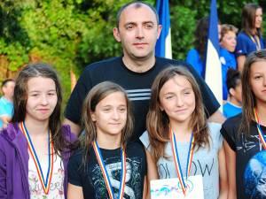 Antrenorul Cezar Moscaliuc alături de ștafeta campioană a Sucevei la 4x100 metri mixt