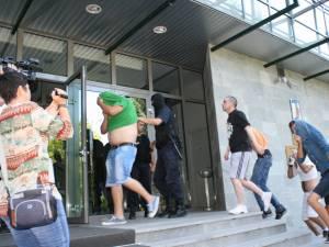 Zeci de indivizi au fost aduşi, miercuri, la sediul DIICOT Suceava, fiind acuzaţi că fac parte dintr-o reţea de dealeri de etnobotanice