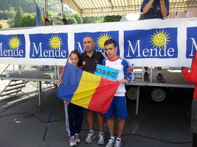 Antrenorul Cristian Prâsneac, alături de cei doi elevi ai săi, Paula Vîntu şi Andrei Leancă