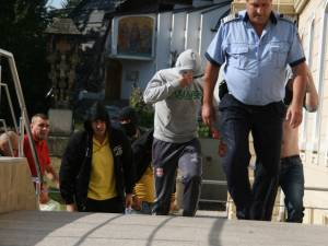 Membrii grupării lui Ilie Popovici, aduşi la arestare