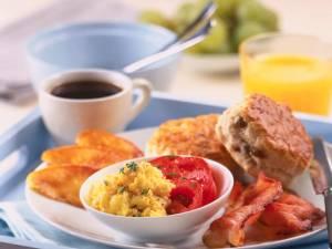 Persoanele care sar peste micul-dejun se îngraşă mai mult, suferă mai des de diabet şi au colesterolul mărit. Foto: CORBIS