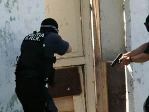 Poliţiştii au reuşit să-l prindă cu greu pe fugar Foto: cotidianul.ro
