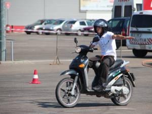 Mopediştii şi motocicliştii nu mai au voie să transporte pasageri aflaţi sub influenţa alcoolului