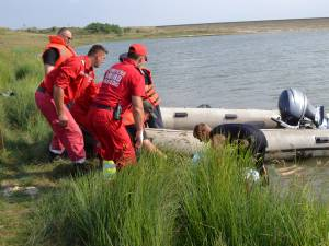 După aproximativ 50 de minute de la scufundare în iazul de la Lipoveni, o echipă de scafandri din cadrul ISU Suceava a găsit trupul neînsufleţit al bărbatului