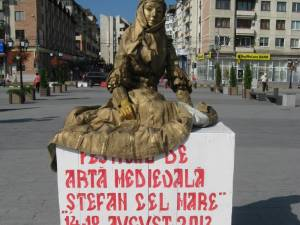 Statuie vie în centrul Sucevei