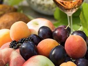 """Specialiştii recomandă să consumarea unui """"curcubeu de fructe: mure, prune, pere, struguri, piersici, căpşuni şi cireşe"""""""