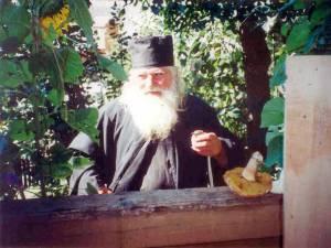 Părintele Victorin Coteţ, pe cerdac