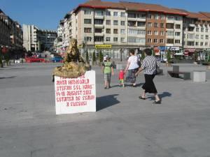 Statuie vie, în centrul Sucevei