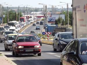 Cozi kilometrice de maşini pe principala arteră de circulaţie a Sucevei