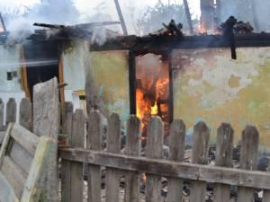 Casă din Mitocu Dragomirnei, distrusă de flăcări